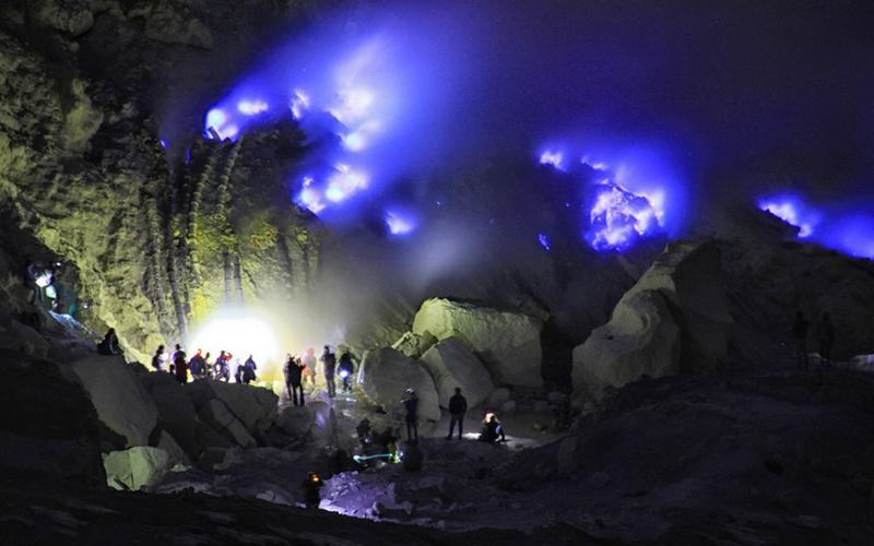 Desember: Melihat Blue Fire di Kawah Ijen