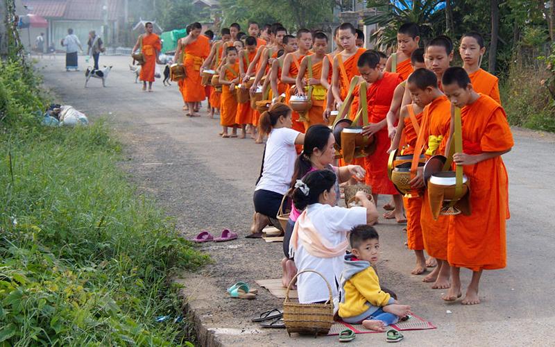 Bucket List Mei: Mengenal Ritual Tak Bat di Luang Prabang