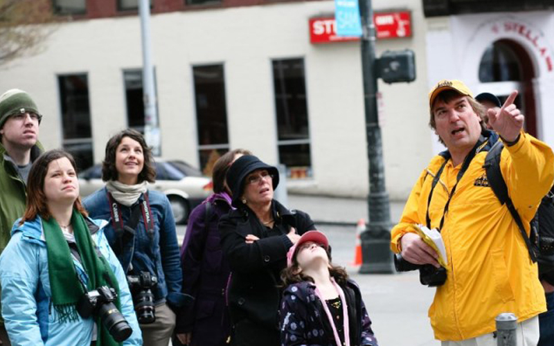 Tambah Tabungan, Manfaatkan Hobi Travelling untuk Kerja Sampingan - Tour Guide